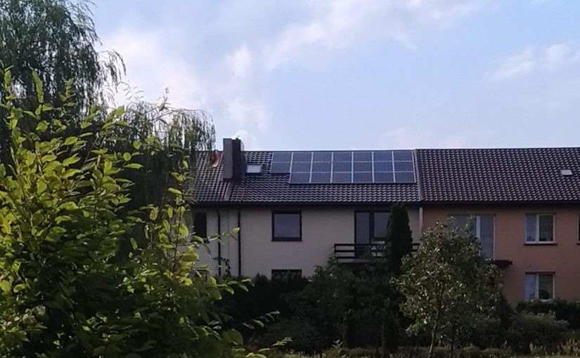panele na dachu domu