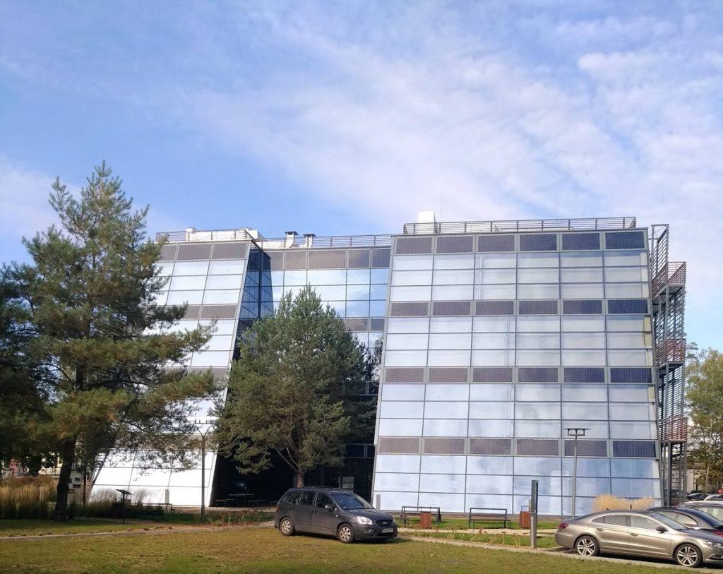 panele fotowoltaiczne na ścianie - panele słoneczne