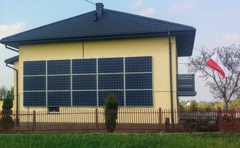 Panele fotowoltaiczne na ścianie (elewacji) budynku